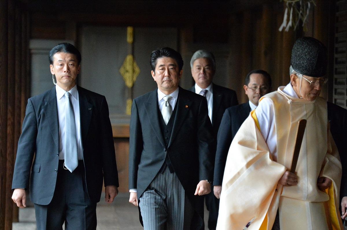写真・図版 : 靖国神社を参拝した安倍首相=2013年12月26日、東京・九段北
