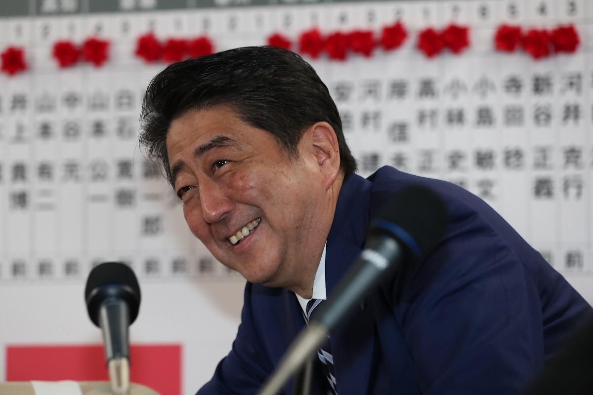 写真・図版 : 2017年衆院選で勝利し、笑顔でインタビューに応える安倍氏=2017年10月22日、東京・永田町