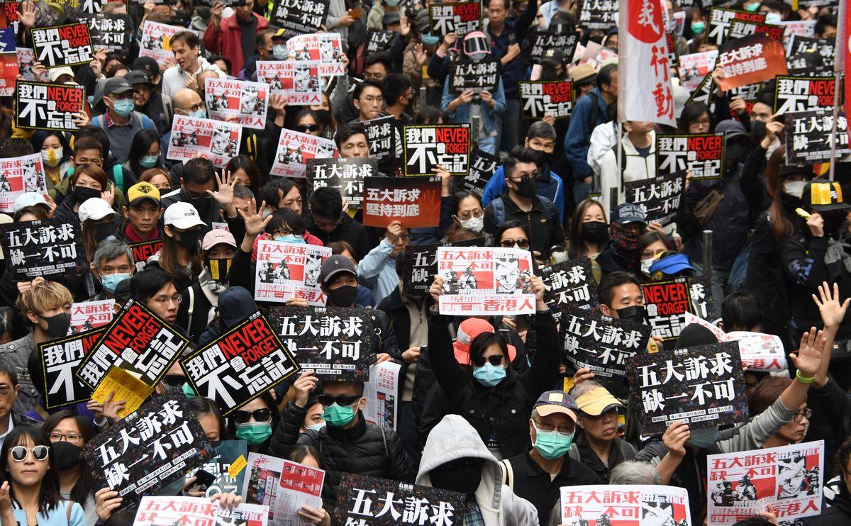 写真・図版 : 香港政府に抗議するデモ行進で大通りを埋め尽くす市民ら=2020年1月1日、香港・銅鑼湾、益満雄一郎撮影