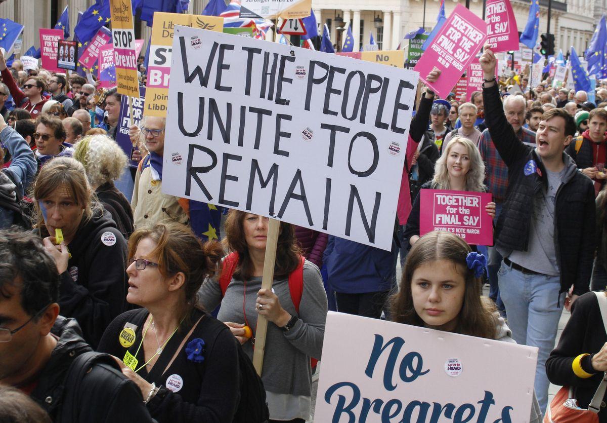 写真・図版 : 英国のEU離脱に反対し、再度の国民投票を求める人々=2019年10月19日、ロンドン、河原田慎一撮影