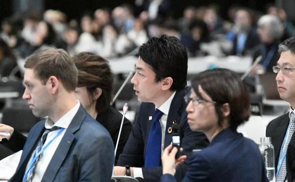 写真・図版 : COP25で発言する小泉進次郎環境相(中央)=2019年12月、スペイン・マドリード、松尾一郎撮影