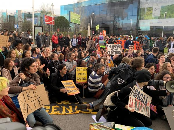 写真・図版 : COP25の会場の周りでは、若者たちが各国政府に温暖化対策の強化を訴えた=2019年12月、スペイン・マドリード