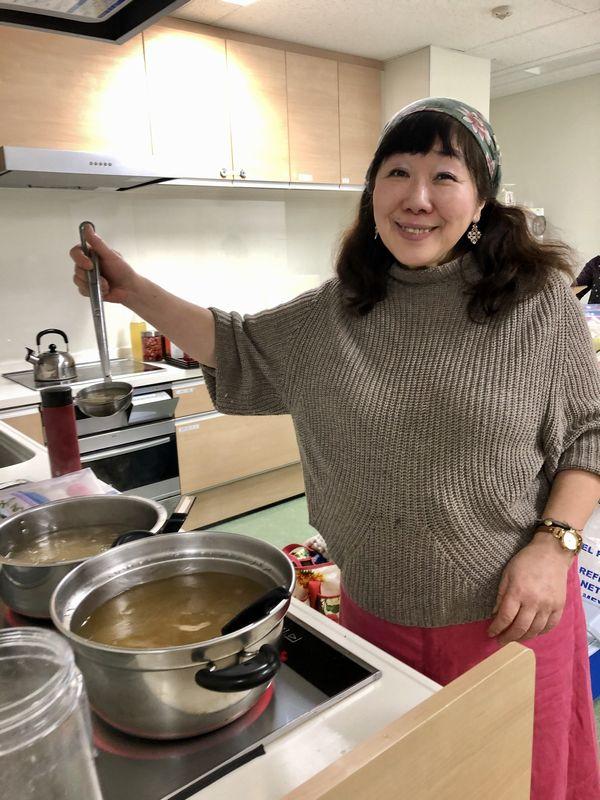 写真・図版 : 調理をする枝元なほみさん