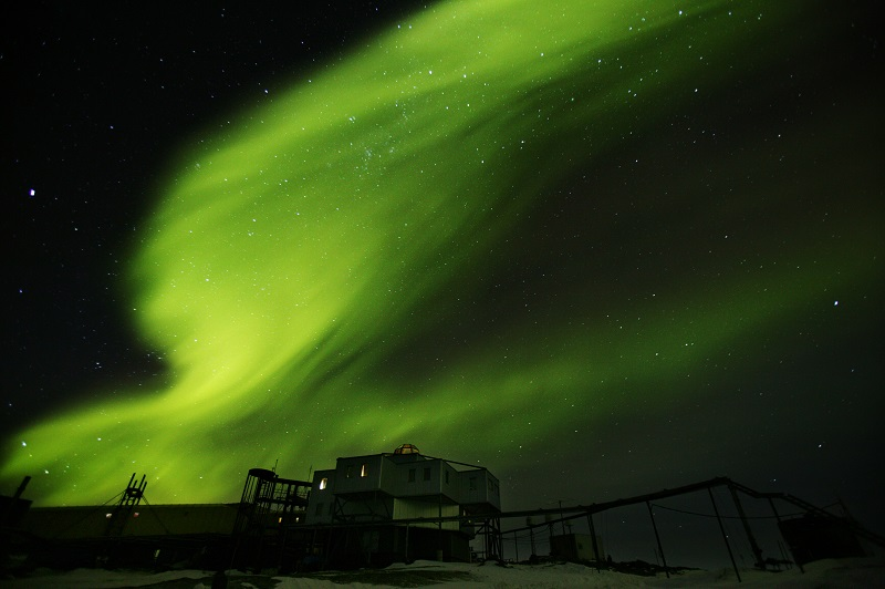 写真・図版 : 南極のオーロラ=2004年5月16日、武田剛撮影