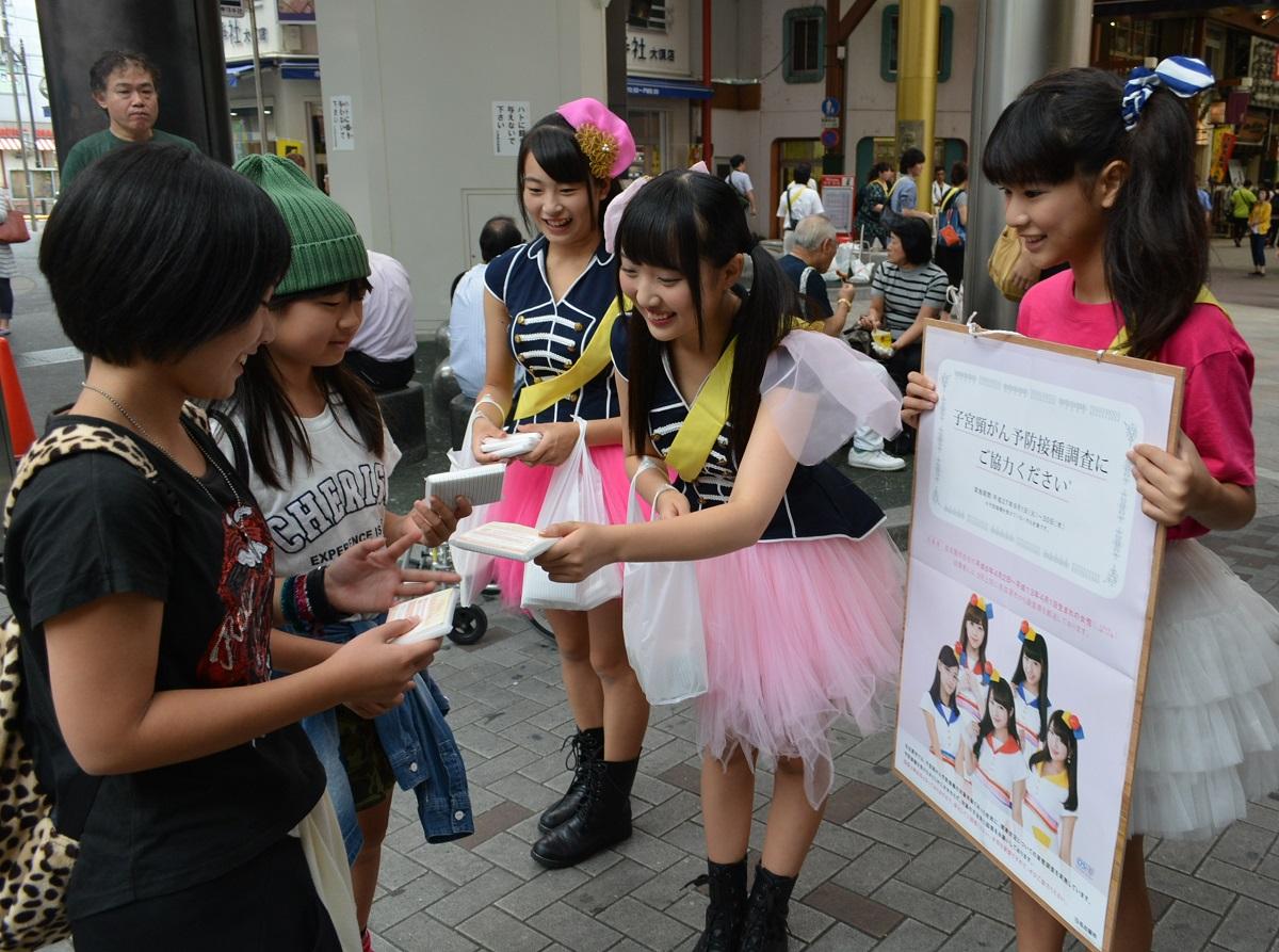 写真・図版 : 子宮頸がんワクチン、7万人調査の協力を呼びかけるアイドルグループ、OS☆Uのメンバー= 2015年9月13日、名古屋市