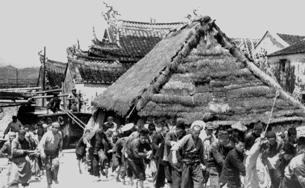 写真・図版 : 日中戦争で、温州-端安間の運河で活躍した日本軍の船艇を再び飛雲江に戻すため、約200メートルの陸地に数千本の竹を敷き、数百人の苦力が引いた中国・江蘇省端安