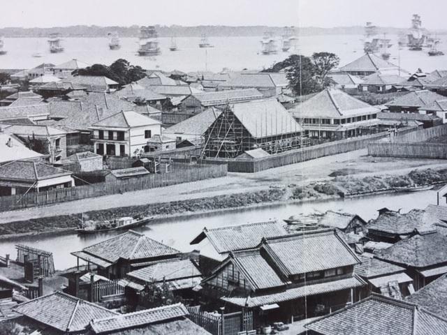 写真・図版 : 1863年ごろの横浜港の風景。沖合に停泊しているのは薩摩藩攻撃のために集結した英国艦隊とみられる=朝日新聞社刊「甦る幕末・ライデン大学写真コレクション」より
