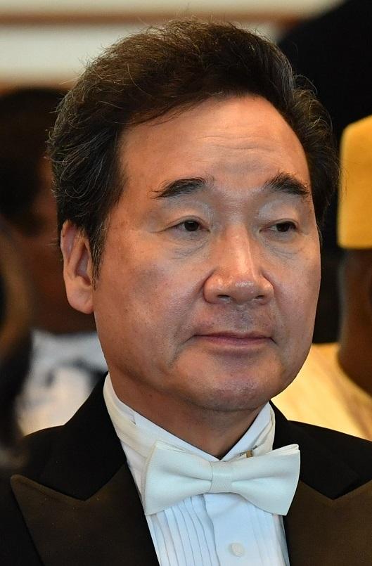 写真・図版 : 「即位礼正殿の儀」に参列した時の李洛淵・韓国首相(当時)=2019年10月22日