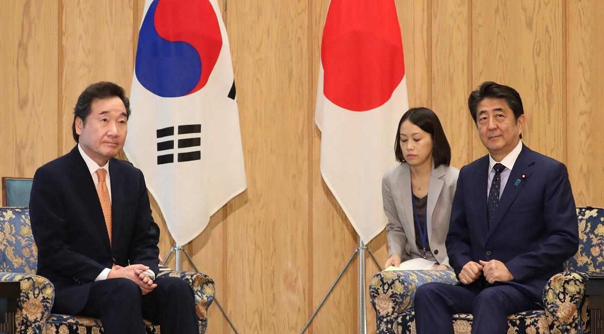 写真・図版 : 韓国の李洛淵首相(当時、左)との会談に臨む安倍晋三首相=2019年10月24日、首相官邸
