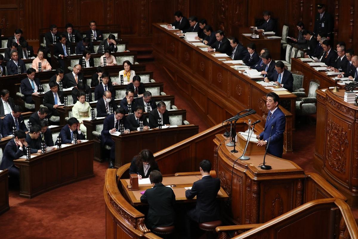 写真・図版 : 衆院本会議で施政方針演説をする安倍晋三首相=2020年1月20日