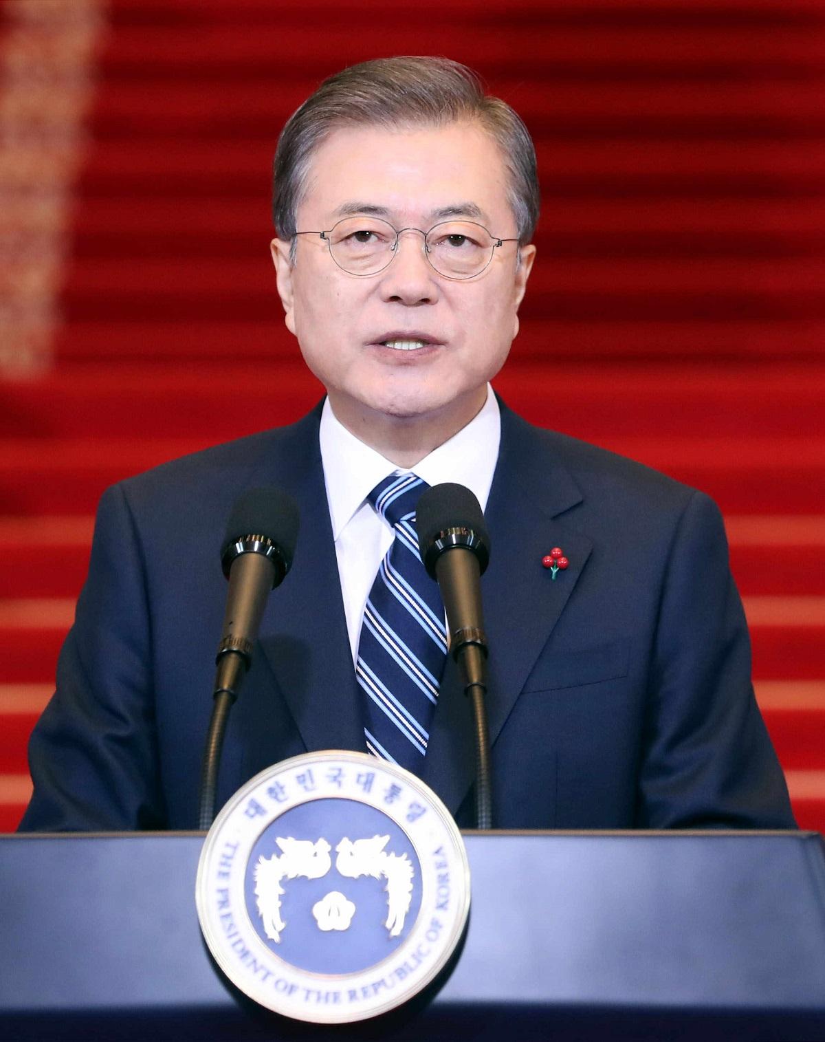 写真・図版 : 韓国大統領府で新年の辞を述べる文在寅大統領=2020年1月7日、東亜日報提供