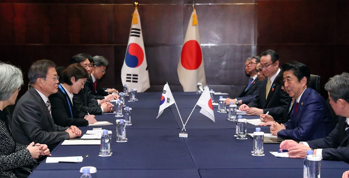 写真・図版 : 約1年3カ月ぶりに実現した日韓首脳会談=2019年12月24日、中国・成都