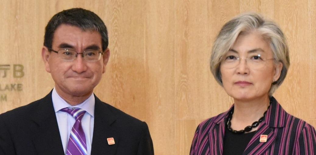 写真・図版 : 2019年8月21日日に北京で会談した河野太郎外相(当時)と康京和(カン・ギョン・ファ)韓国外相