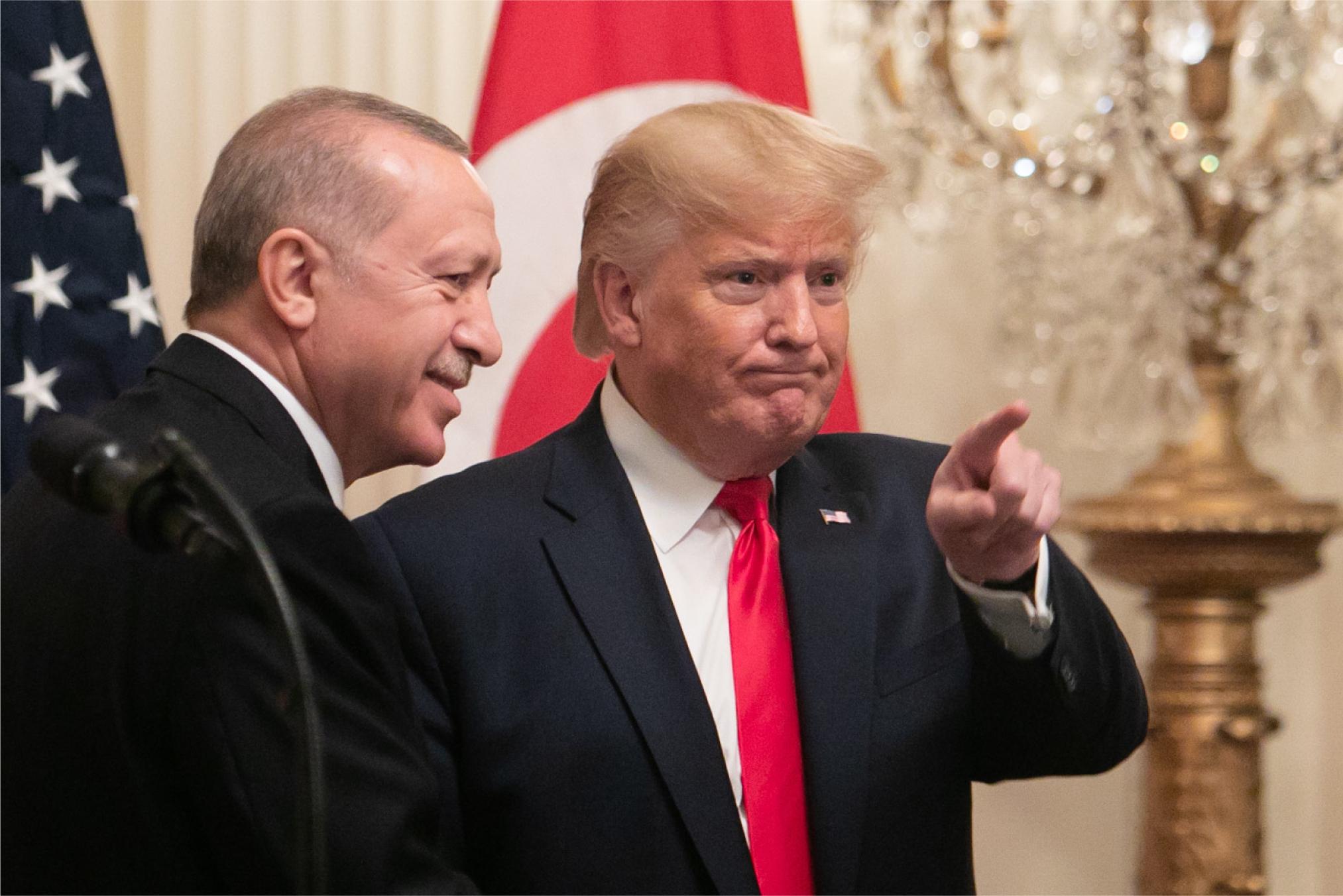写真・図版 : ホワイトハウスで共同会見に臨むトルコのエルドアン大統領(左)とトランプ米大統領=2019年11月13日、ワシントン