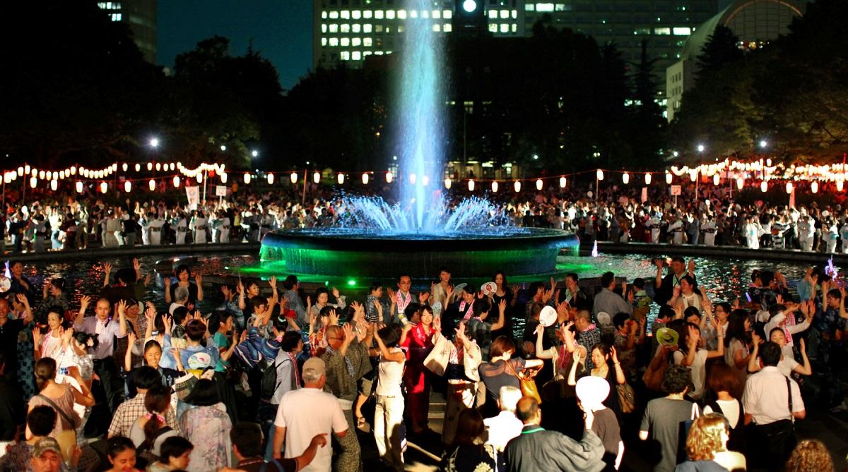 写真・図版 : 東京都内の盆踊り大会では今もほとんど必ず「東京音頭」で盛り上がる=2012年、8月17日、東京都千代田区の日比谷公園