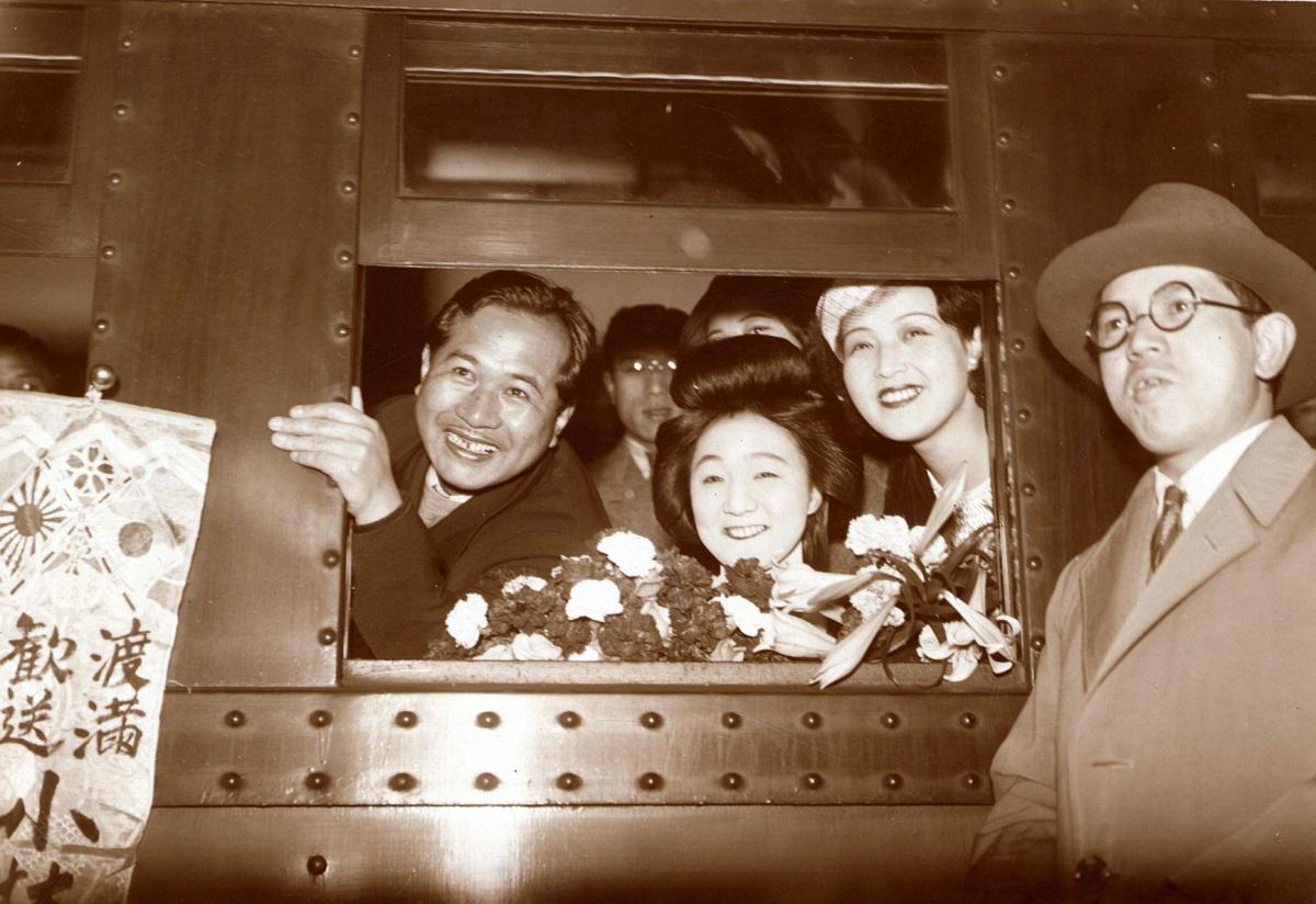 写真・図版 : 傷病兵慰問のために中国大陸へ向けて出発する小唄勝太郎(車中右から2人目)