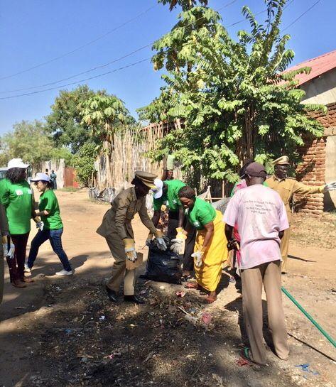 写真・図版 : JICAでは、ジュバ市の環境局と協力して地域住民を巻き込み意識改善を狙いとした「ごみ拾いキャンペーン」を行っている。