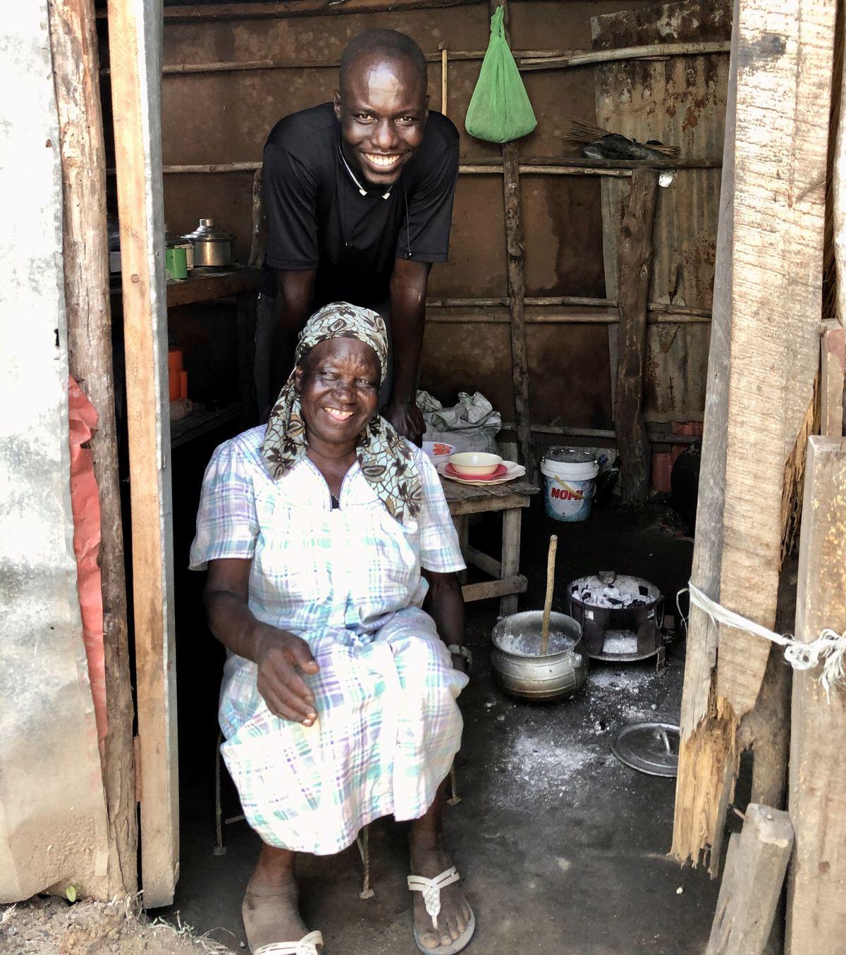 写真・図版 : 調理場にいるおばあさんとウィリアム。