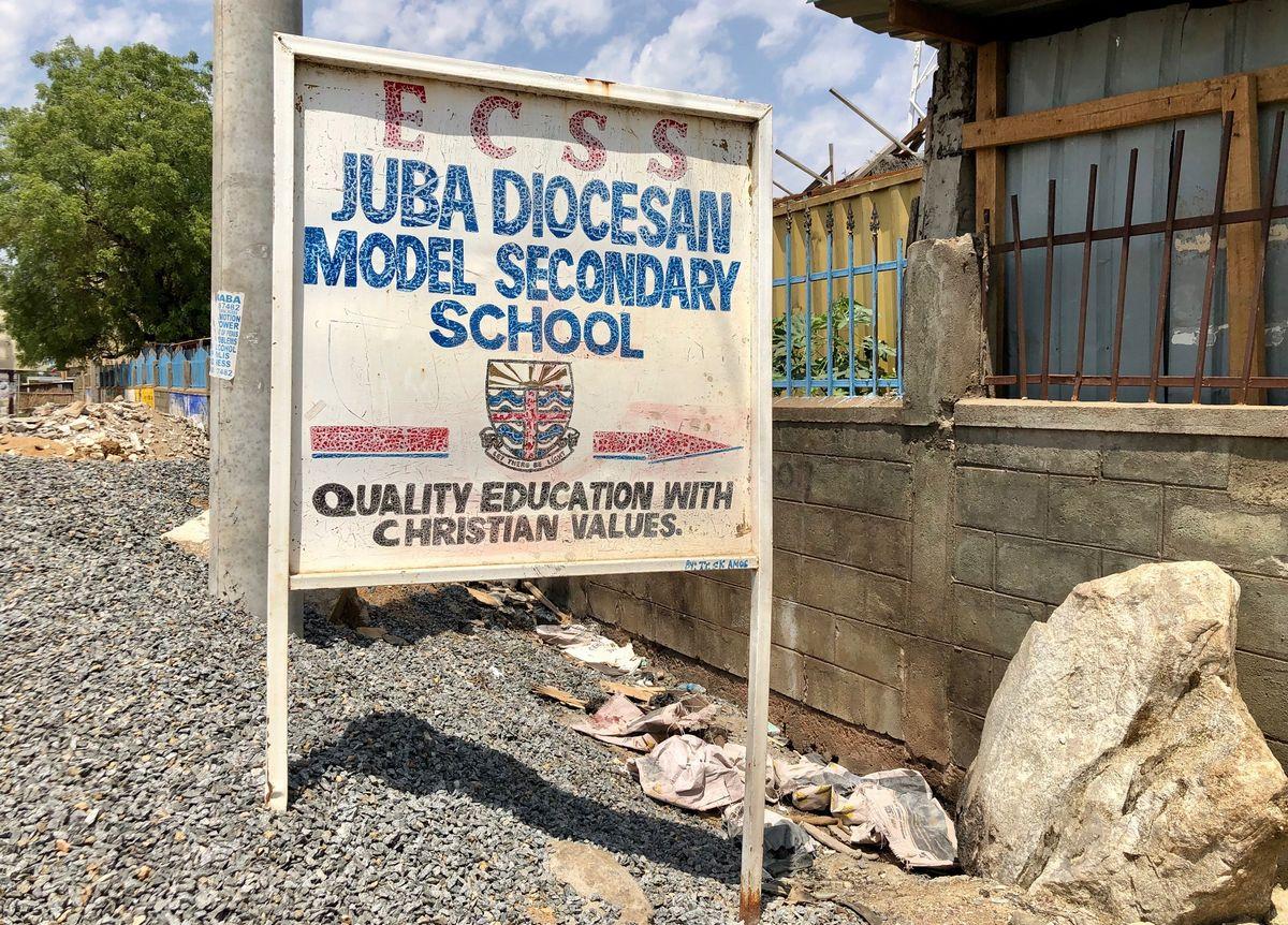 写真・図版 : 名門校のジュバ教区モデルセカンダリースクールの看板。
