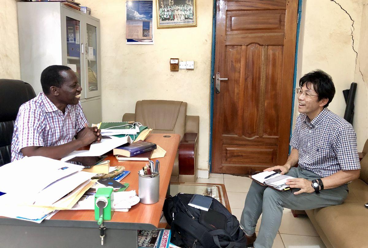 写真・図版 : 学校の事務局長室で、ジャクソン事務局長と野球部設立の交渉を行う。