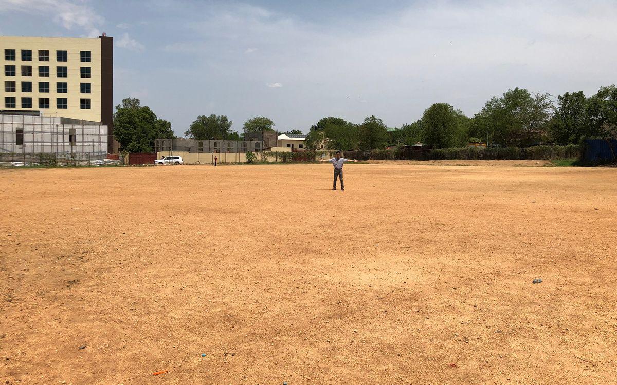 写真・図版 : ジュバ教区モデルセカンダリースクールの校庭は野球をやるには十分な広さ!