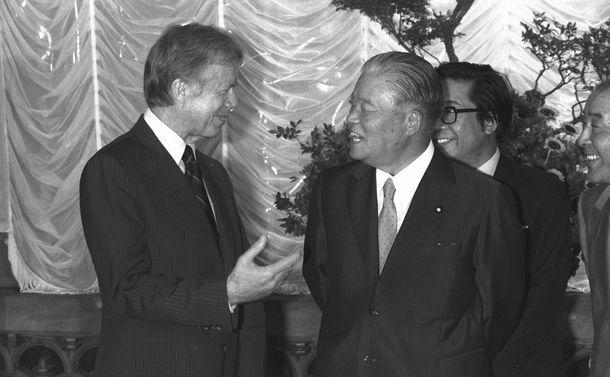 写真・図版 : 核拡散防止に強い態度を示したカーター米国大統領(左)。東京サミット(先進国首脳会議)のため来日し、大平正芳首相との会談に臨んだ=1979年6月25日、東京・首相官邸