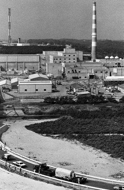 写真・図版 : 再処理施設の運転開始を前に運び込まれる、輸送用容器に入った使用済み燃料=1977年7月15日、茨城県東海村