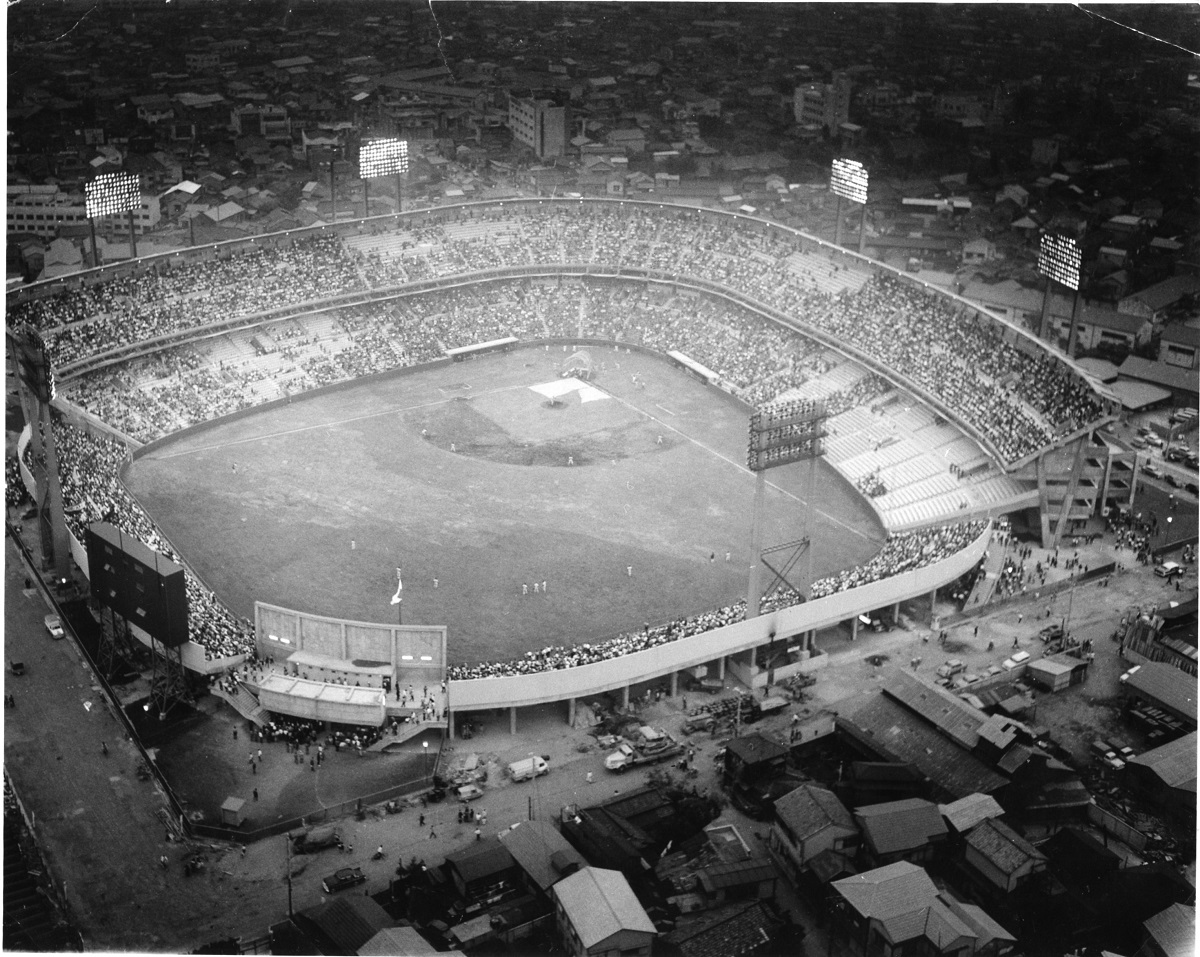 写真・図版 : 照明の明るさから「光の球場」とも呼ばれた東京スタジアム=1962年ごろ