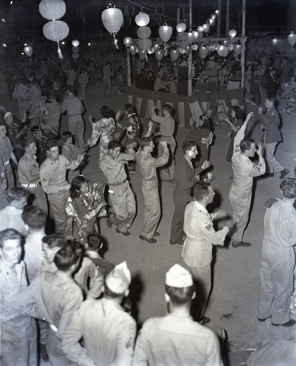 写真・図版 : 日本女性と盆踊りに興じる占領軍将兵=1947年10月4日、東京・丸の内