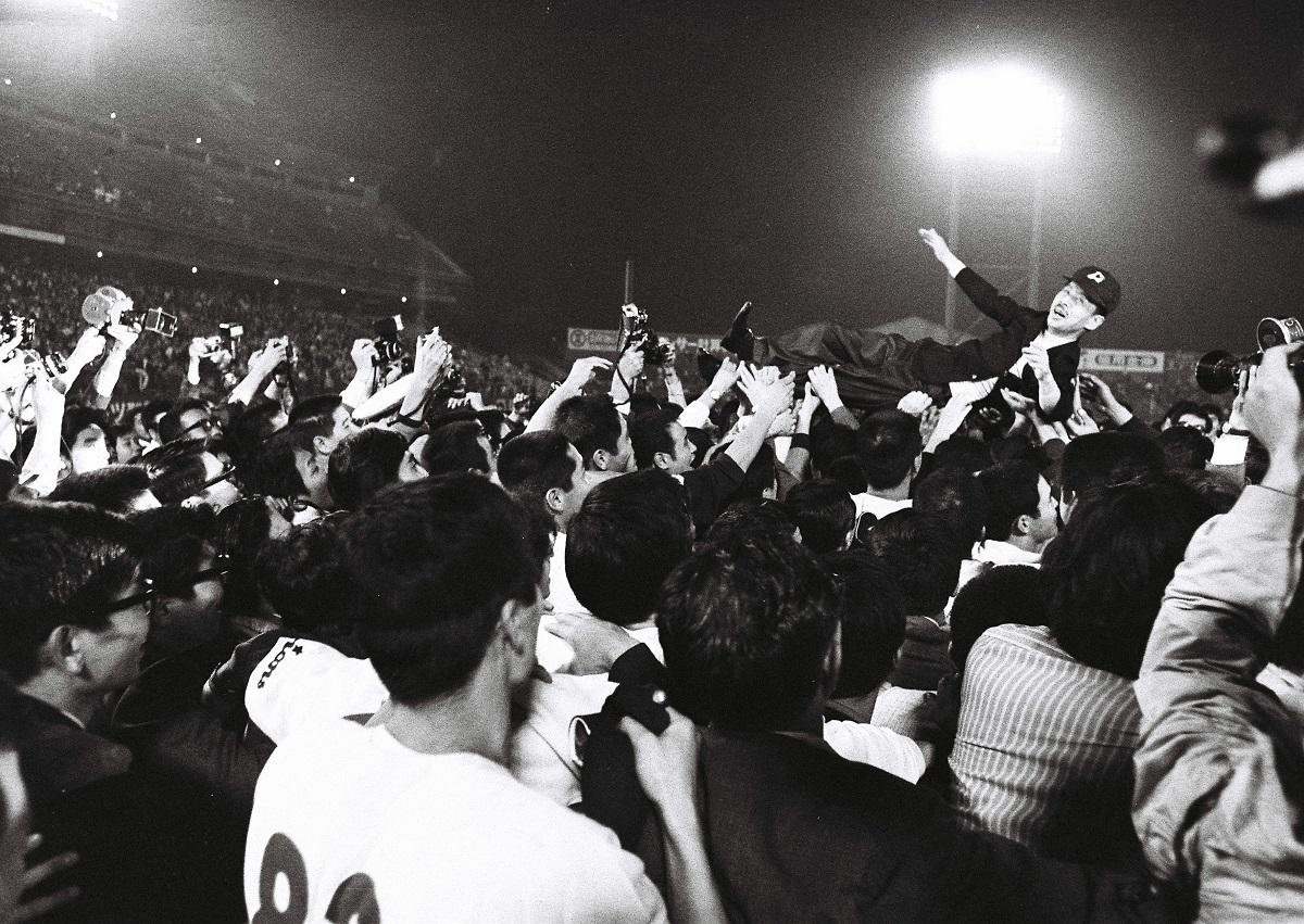 写真・図版 : ロッテオリオンズのパ・リーグ優勝で胴上げされる永田雅一オーナー=1970年10月7日、東京荒川区の東京スタジアム