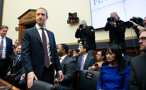 写真・図版 : 米議会下院の公聴会に臨むフェイスブックのザッカーバーグCEO=2019年10月23日、ワシントン