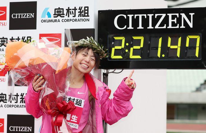 写真・図版 : 五輪派遣設定記録を突破し、喜ぶ松田瑞生=池田良撮影
