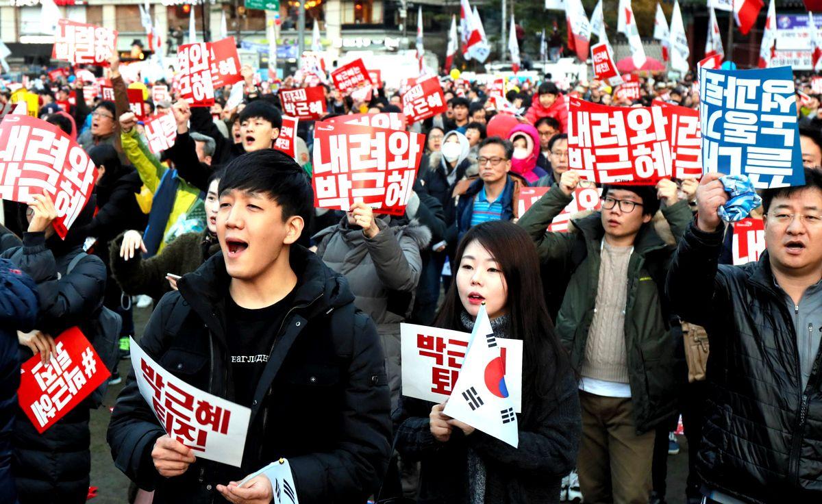 写真・図版 : 朴槿恵大統領(当時)の退陣を求めるデモ=2016年11月、ソウル。今も毎週のように反政府・反保守デモが中心街で交錯する