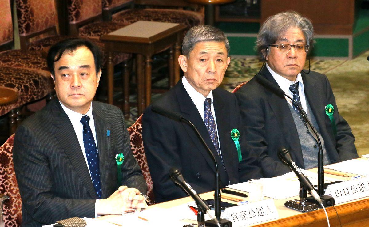 写真・図版 : 小此木政夫さん(右)は、退職後も時折国会に招かれ朝鮮半島情勢などを説明する=2017年3月9日、参院予算委員会