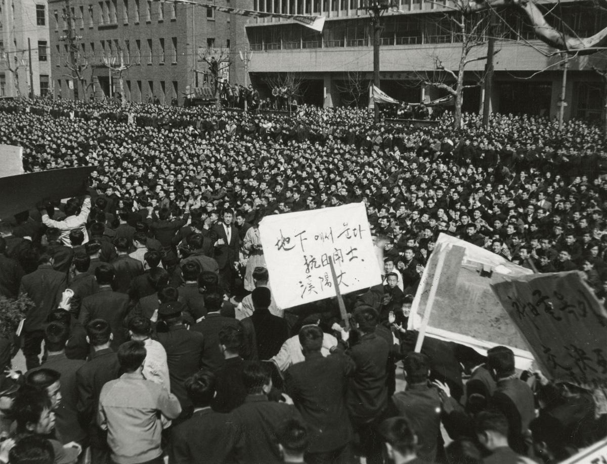 写真・図版 : 日韓条約締結に反対してソウルの国会前に座り込む学生ら=1964年3月