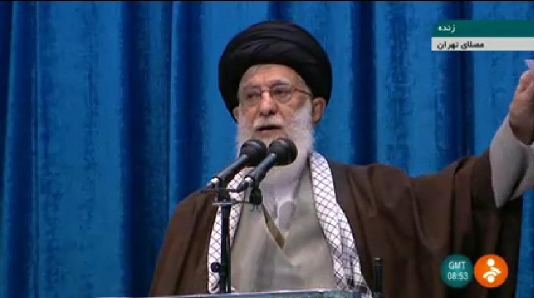 写真・図版 : 金曜礼拝で演説するイランの最高指導者ハメネイ師=2020年1月17日、イラン国営テレビから