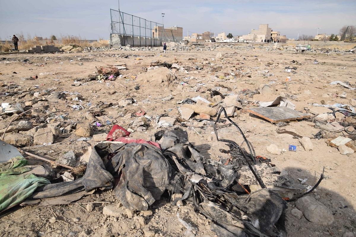 名: ウクライナ機が墜落した現場では、機体の破片などが散らばり、油の匂いが立ちこめていた=10日午前10時、テヘラン郊外