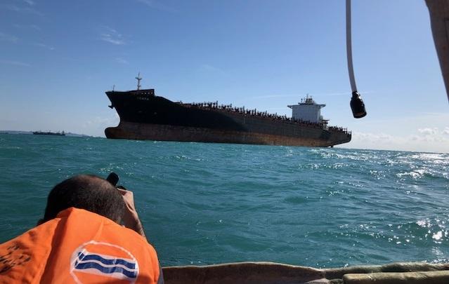 写真・図版 : ホルムズ海峡沖のタンカー=筆者提供