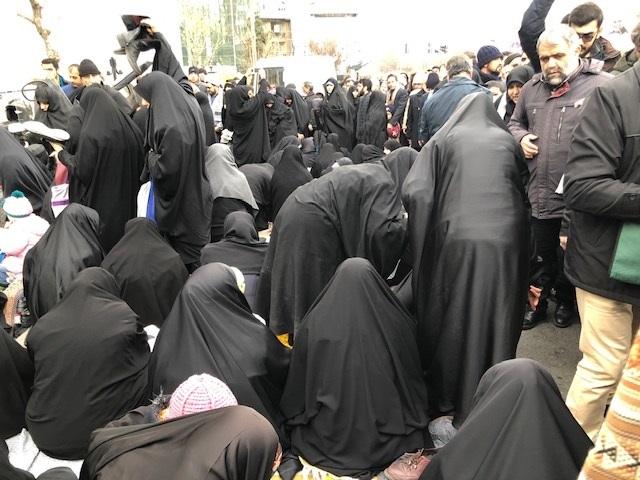 写真・図版 : 金曜礼拝で路上に座り込む女性たち=筆者提供
