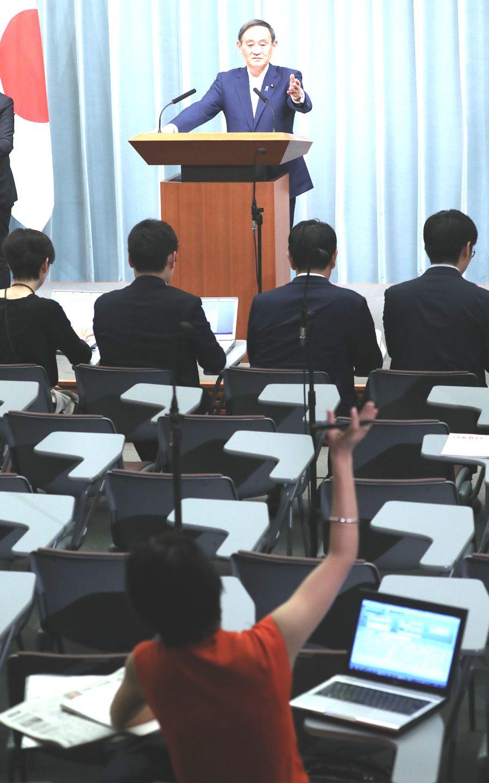 写真・図版 : 記者会見で、挙手する望月衣塑子記者を指名する菅義偉官房長官=2019年5月30日
