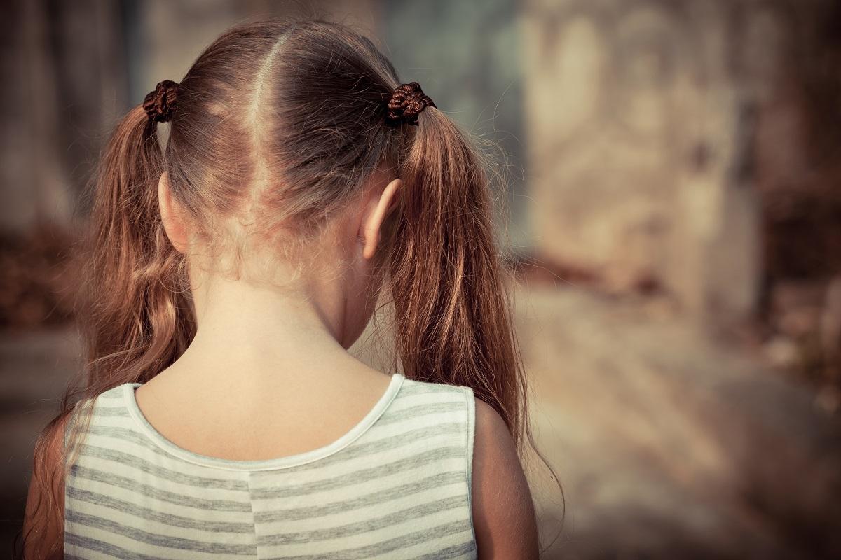 写真・図版 : 父親からの性虐待に抵抗できない子どもも少なくない altanaka/Shutterstock.com