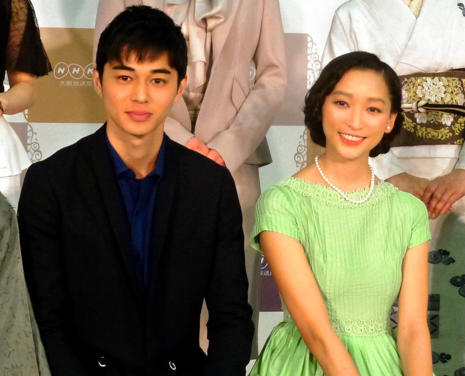 写真・図版 : NHK朝ドラ「ごちそうさん」のヒロイン、杏さんと夫役だった東出昌大さん=2013年