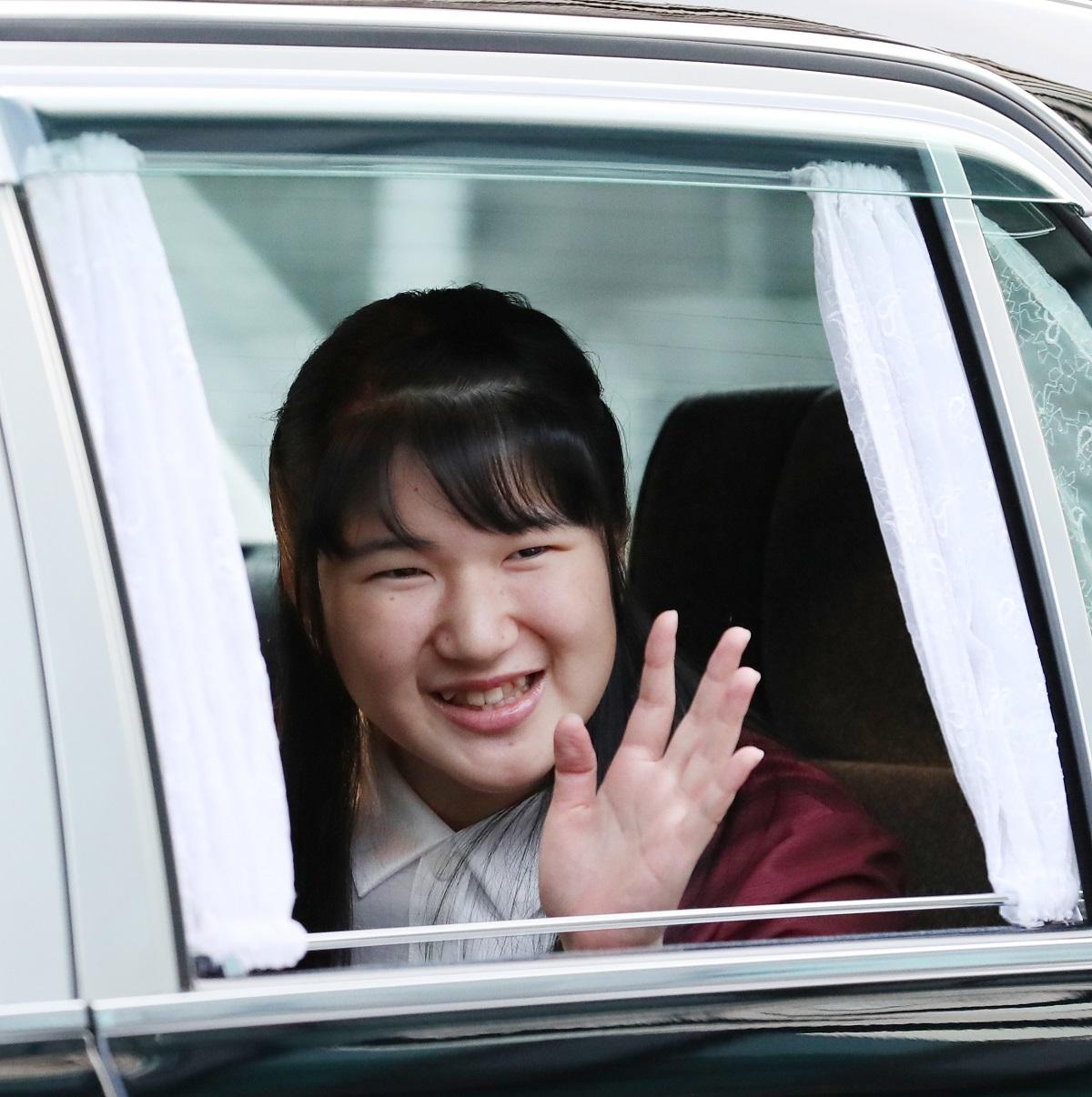 写真・図版 : 18歳の誕生日を迎え、上皇ご夫妻へのあいさつに向かう愛子さま=2019年12月1日、皇居・半蔵門