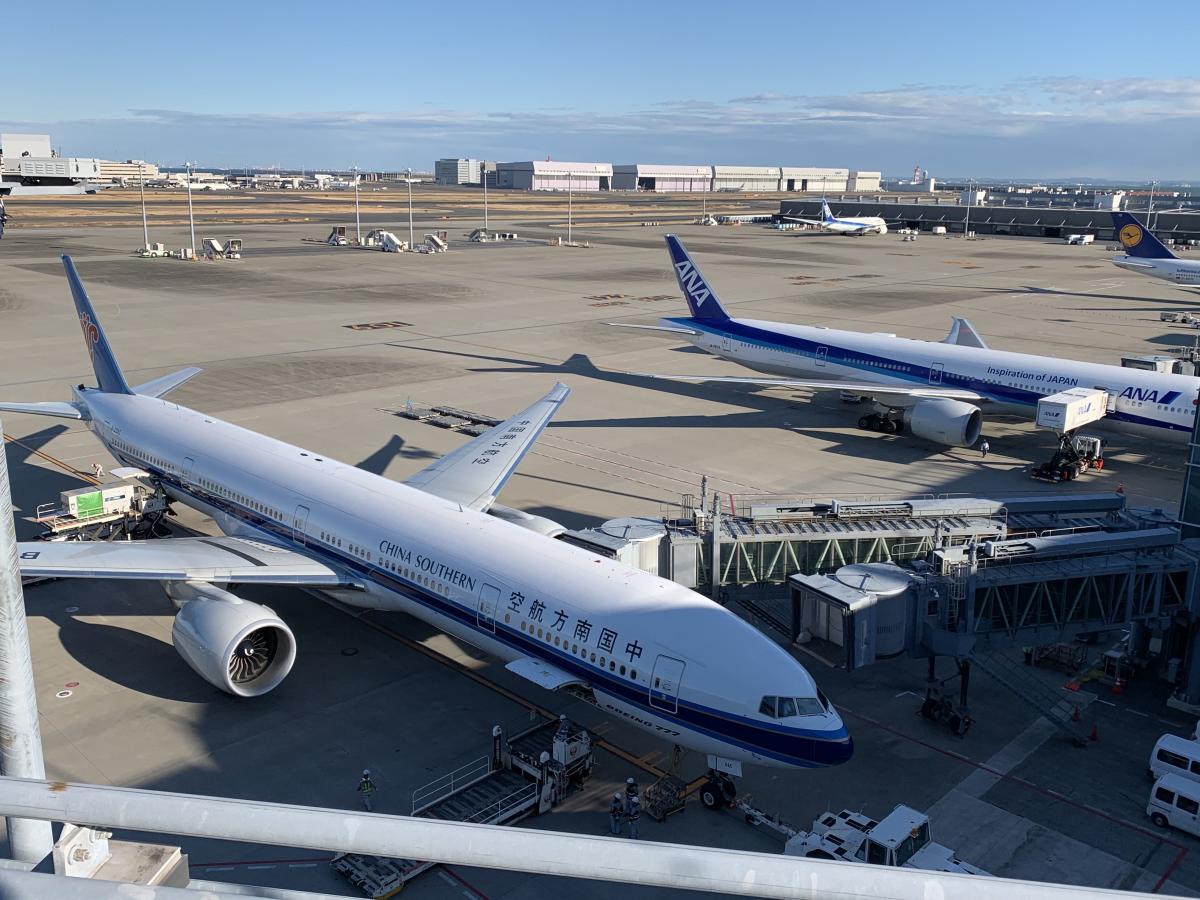 写真・図版 : 羽田空港に駐機する中国の旅客機。ボーダーレスになり、多くの人が行き来する現代では、鎖国のような水際対策には限界がある=2020年1月31日、岩崎撮影