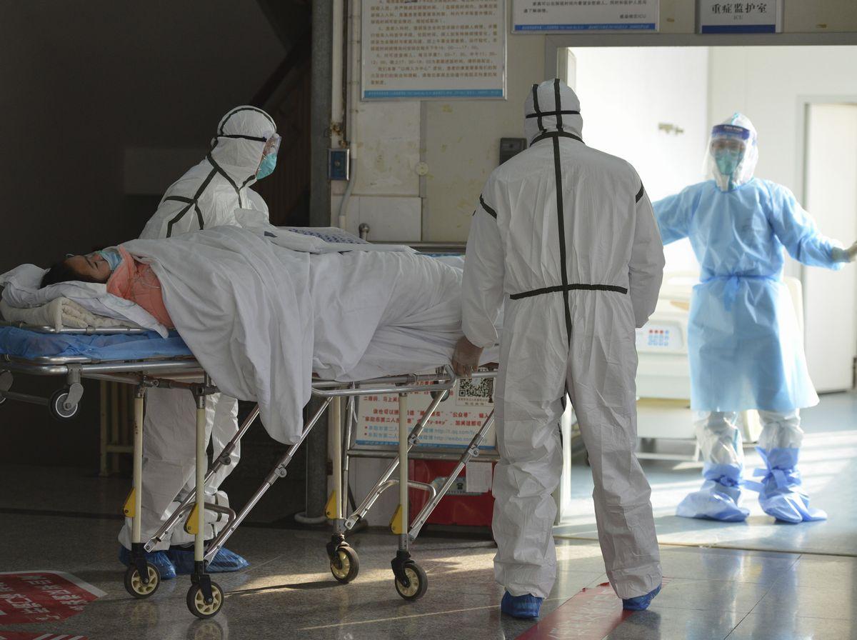 写真・図版 : 中国・安徽省の病院で隔離される患者(AP)