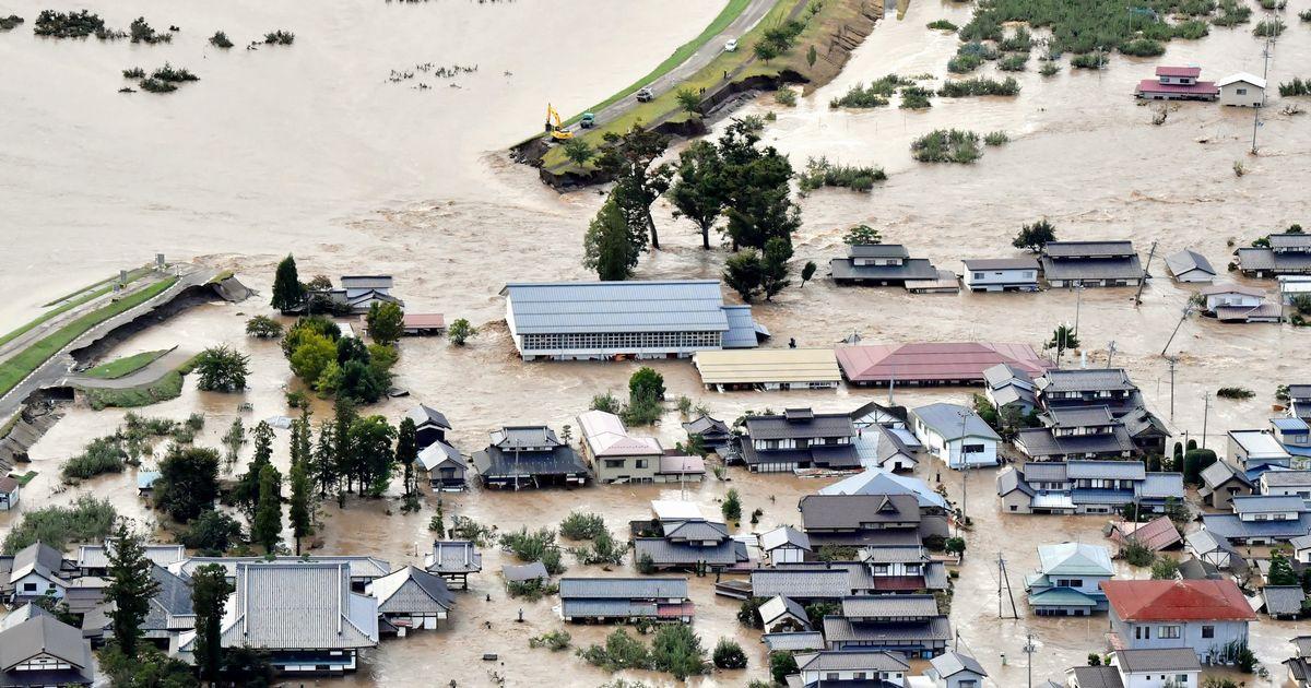 写真・図版 : 千曲川の堤防が決壊し、浸水する周辺の住宅(右)=2019年10月13日、長野市、朝日新聞社ヘリから