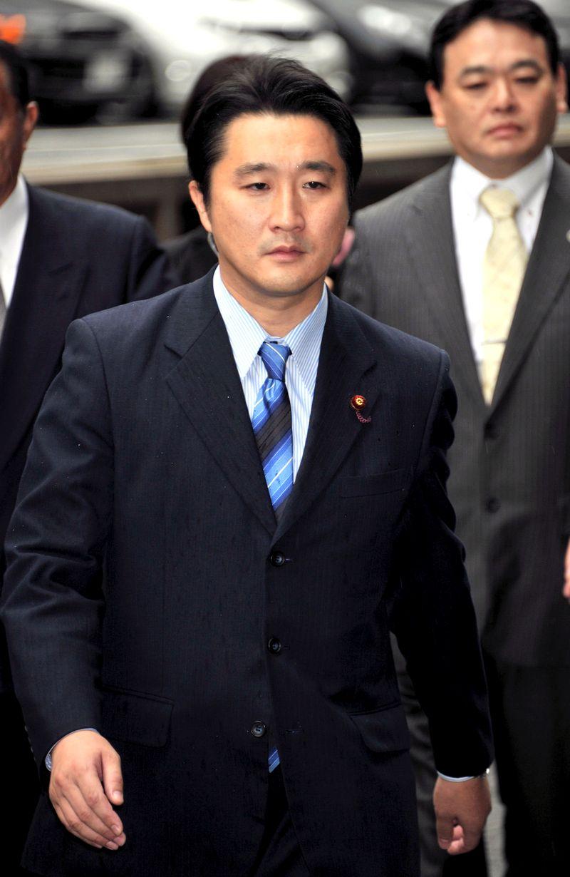 写真・図版 : 東京地裁に入る石川知裕さん=2011年9月26日、東京・霞が関