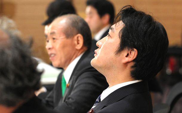 写真・図版 : 東京高裁での控訴棄却後、報告会に臨む石川知裕衆院議員。左は新党大地の鈴木宗男代表=2013年3月13日、東京・永田町