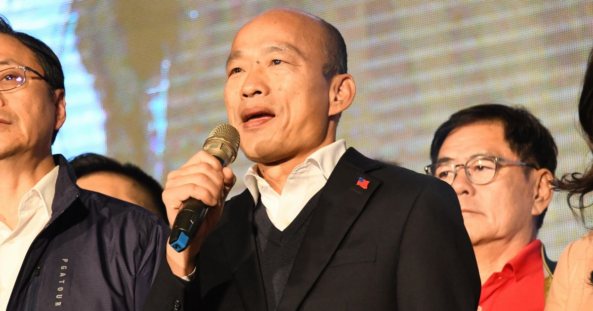 写真・図版 : 台湾総統選で敗北を認め、支持者の前であいさつする韓国瑜氏=2020年2月11日、高雄