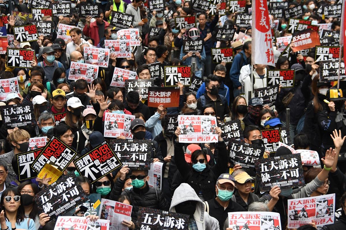 写真・図版 : 「〈五大訴求〉は一つも欠かすことはできない」と訴えた元旦デモ=2020年1月1日、香港・銅羅湾